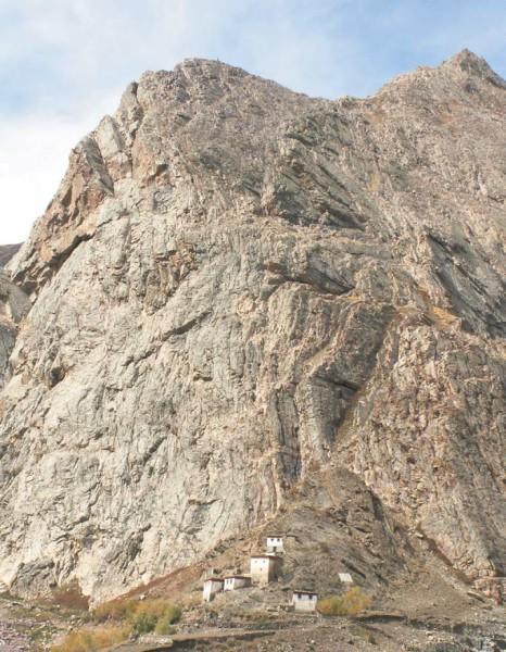Скала на пути в деревню Муд. Долина Пин. 7 октября 2011 года. Фото А. Львовского