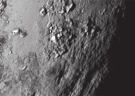 Острые вершины гор Норгея поднимаются над поверхностью планеты на 3,5 км и, вероятно, сложены из водяного льда