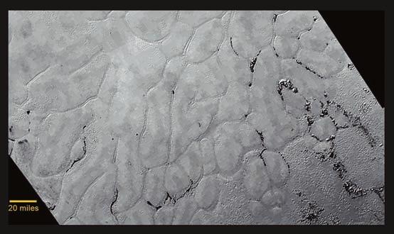 Равнина Спутника разделена на ячейки протяженными бороздами, некоторые из борозд заполнены темным материалом неясной пока природы