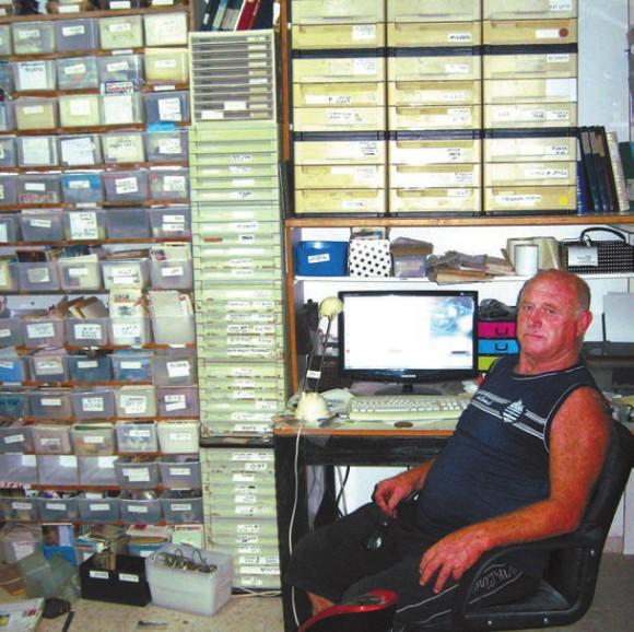 Арие Кольтун в своем кабинете