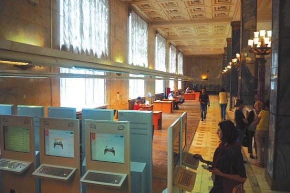 Место, где раньше располагался систематический читательский каталог, сейчас пустует