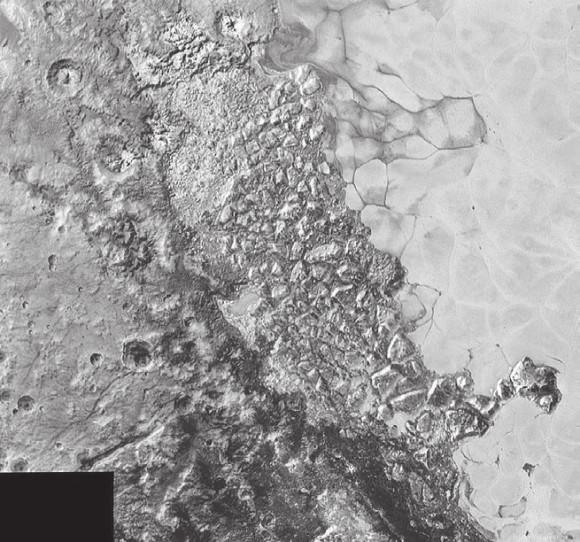 2. В центре этого фото шириной 470 км — крайне пересеченная местность на северо-западной окраине обширной ледяной равнины Спутника. Самые мелкие детали — размером 0,8 км.