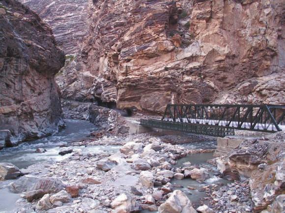 Дорога сквозь ущелье около места впадения реки Спити в Сатледж. 4 октября 2011 года. Фото С. Литвинчука