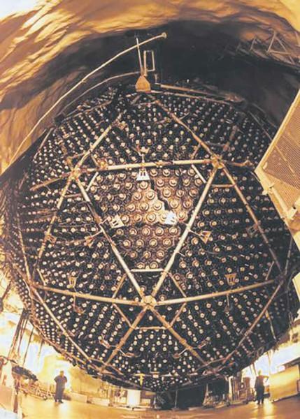 Детектор SNO представляет собой сферу диаметром 18 м, заполненную сверхчистой тяжелой водой весом 1000 тонн. 9500 фотоумножителей регистрируют черенковское излучение от заряженных частиц, возникающих в результате взаимодействия нейтрино с D2O. Тяжелая вода использовалась не случайно — в эксперименте ключевую роль играл дейтерий