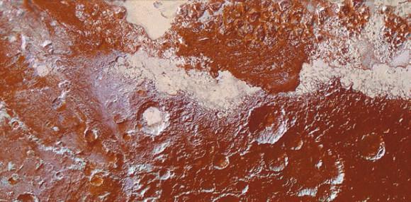 Цветное изображение, демонстрирующее разнообразие ландшафтов Плутона, получено путем объединения данных от мультиспектральной камеры «Ральф» с разрешением 650 м на пиксель (цвета) с изображением от камеры LORRI (230 м на пиксель). В нижнем правом углу — древняя, сильно кратеризованная местность, покрытая темно-красными толинами (смешением органических соединений характерного цвета). В правом верхнем углу — ледяные образования, заполняющие равнину Спутника, модифицирующие поверхность, создавая такой хаос, как скопления угловатых гор. Сезонные льды заполняют также несколько близлежащих глубоких кратеров, а в некоторых районах этот лед образует характерную рябь с рядами мелких выемок — результатом процессов сублимации. Слева и в нижней части снимка наблюдаются белесые метановые отложения, припорошившие тектонические гребни и ободки кратеров на их северных склонах. Изображение занимает 420 км в ширину и 225 км в длину; север находится в левом верхнем углу
