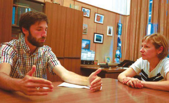 О. Соломина рядом с зав. лабораторией картографии А. Медведевым. Идет обсуждение географических карт для слепых. Фото Н. Деминой