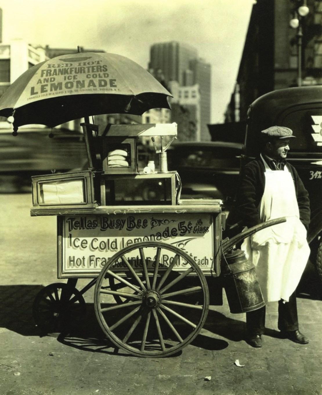 Торговля хот-догами в Нью-Йорке, 1936 год. Фото Berenice Abbott