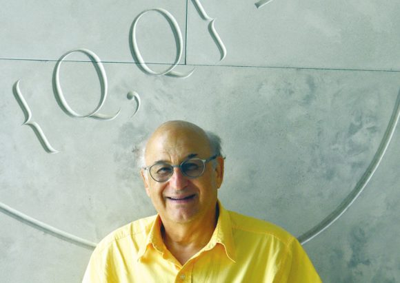 Михаил Шифман на конференции по топологии калибровочный полей в Саймоновском центре в Стоуни-Брук, 2015 год, на фоне супералгебры Гольфанда.