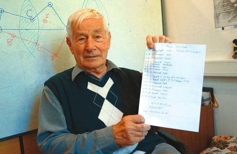 А. Сосинский со списком первых лауреатов конкурса. Фото Н. Деминой
