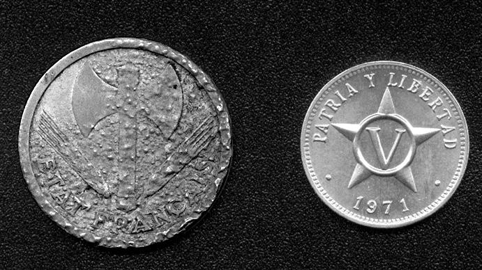Рис. 9. Справа — не бывшая в обращении монета из алюминия (Куба, пять сентаво, 1971), слева — алюминиевая монета, подвергшаяся коррозии (Франция, два франка, 1943)