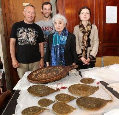 Автор (слева) с сотрудниками отдела Востока Государственного Эрмитажа. Из астролябий выделяется самая большая в мире астролябия, изготовленная из дерева, ее диаметр 43,5 см