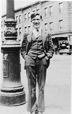 Айзек Азимов в1934году, ввозрасте 14лет, возле кондитерской