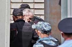 Юрия Дмитриева конвоируют в здание суда. Фото Д. Кротовой