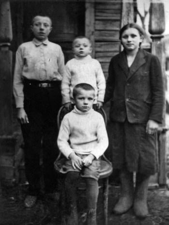 Валентин, Борис, Зоя и Юрий Гагарины (будущий космонавт сидит на стуле). Село Клушино, 1938 год. РГАНТД