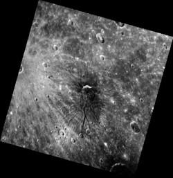 На этом - нечто уникальное для Меркурия: система борозд, расходящихся из одного центра. Ей дали прозвище «Паук», и официальное имя Panteon Fossae -«fossae» переводится как «канавы» или «борозды». Причинная связь с кратером в центре неясна, по этому поводу планетологи продолжают спорить. Вполне возможно, кратер (его диаметр -40 км) появился там случайно и позже. Относительно возможной природы борозд в комментарии NASA ничего не сказано.