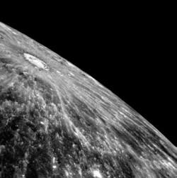 На этом снимке кратер, украсивший лучами пол-Меркурия, показан крупным планом, его диаметр 110 км.