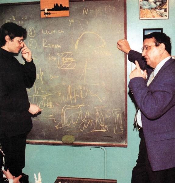 Обсуждение новых идей и планов с научной молодежью (2001 год). Фото А. Соломонова