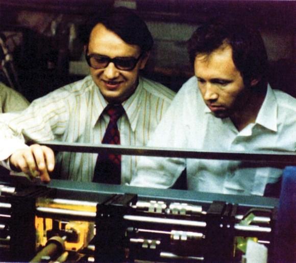 Первый эксперимент по лазерному охлаждению атомов выполнен учеником Летохова Виктором Балыкиным (справа), 1980 год