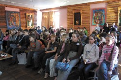 Дети слушают лекцию по моделированию белков. Фото автора