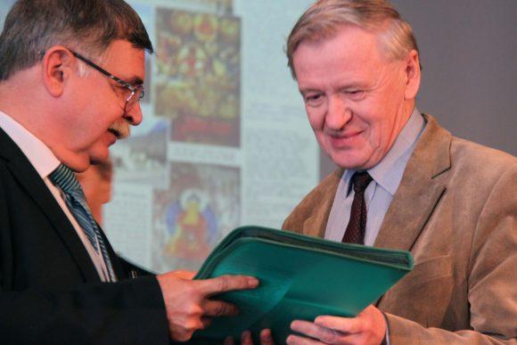 А.Б.Железняков вручает диплом Беляевской премии Л.Я.Боркину