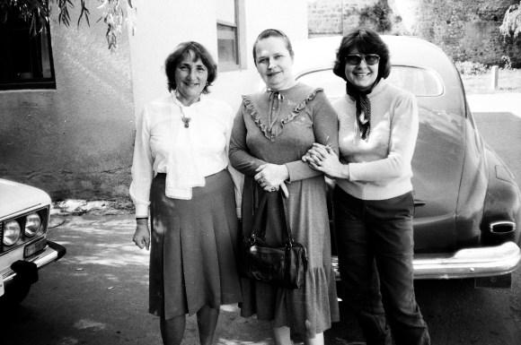 Слева направо: Дина Акулина, Аля Кемоклидзе – моя сестра, приехавшая повидаться снами, и я (моя девичья фамилия Кемоклидзе)
