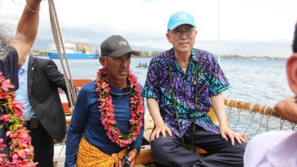 Найноа Томпсон и Пан Ги Мун. Фото с сайта www.hokulea.com