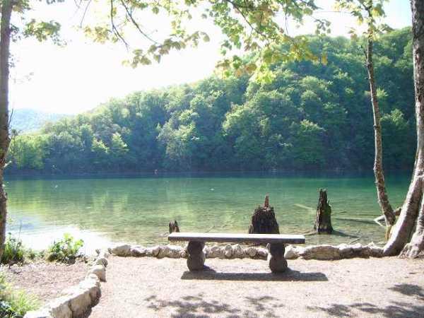静かな池とベンチ:プリトヴィツェ国立公園