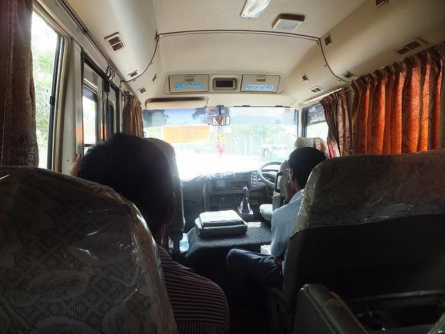 コロンボ空港からバスステーションまで移動するワゴン