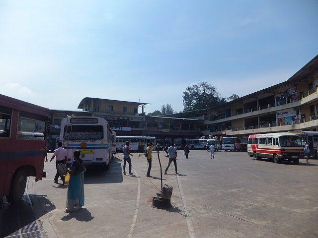 クルネーガラの長距離バスステーション:スリランカ