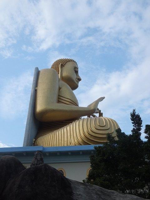 左側から見たダンブッラ黄金寺院下の黄金の仏像