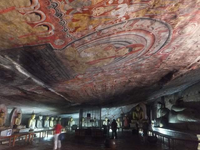 天井も鮮やかに:ダンブッラ黄金寺院(石窟寺院)内部