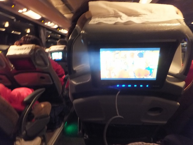 長距離バスにはテレビも着いてます♪