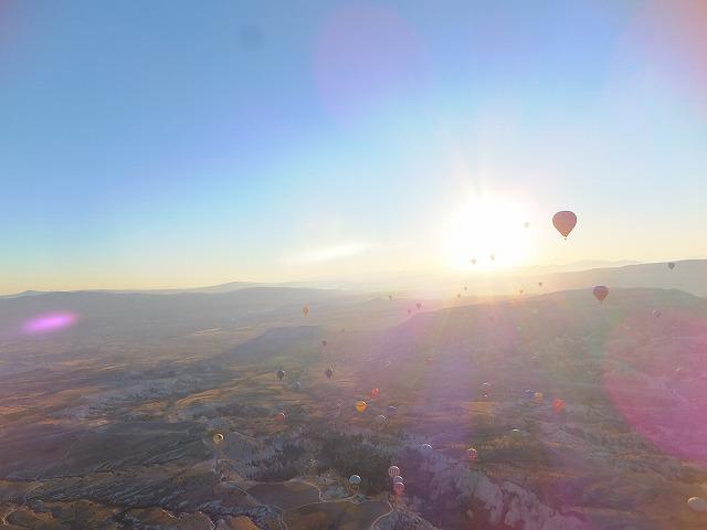 朝日を受けながら、カッパドキアの空中を散歩する気球