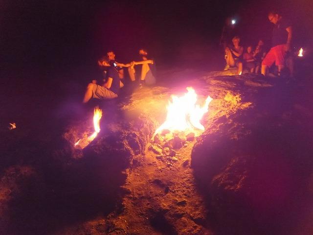 岩の割れ目から燃え盛る、オリンポスの聖なる火