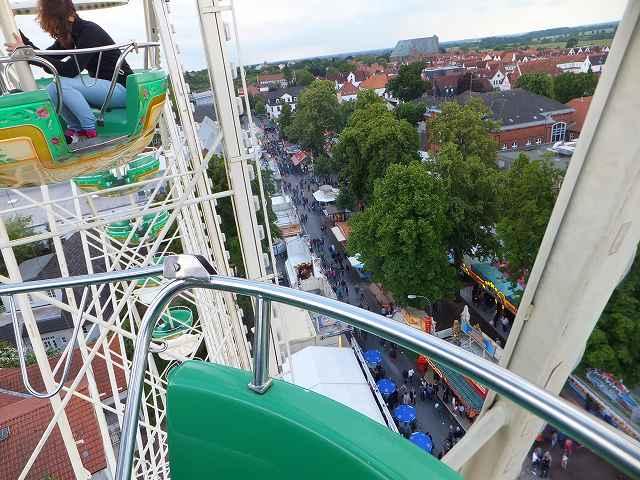 簡単に下に落ちそうな感じが・・・:ドイツ移動式遊園地の観覧車
