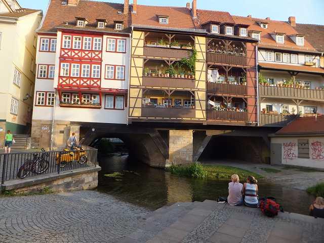 川の橋の上にある家々:エアフルト
