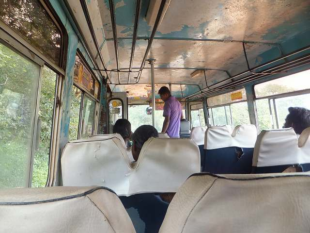 シギリヤ発、ダンブッラ行きのローカルバス車内