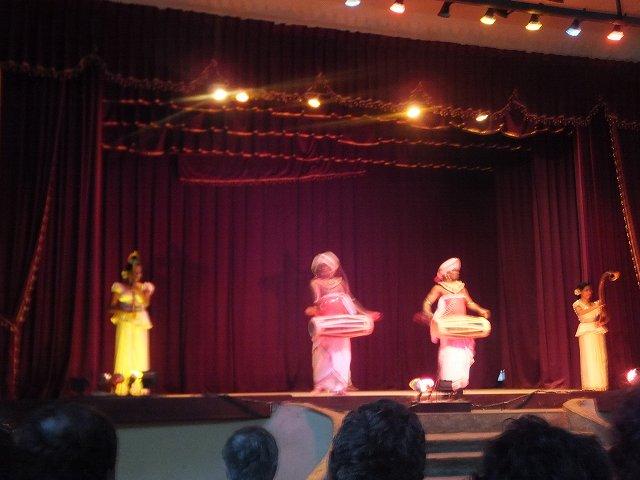男たちが勇ましくドラムをたたく:キャンディダンス、スリランカ旅行