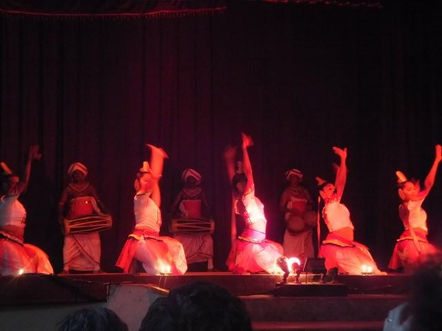 女性たちの優雅な踊り:キャンディダンス、スリランカ旅行