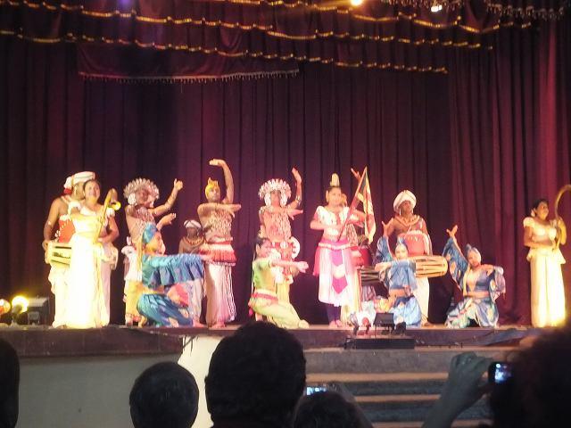 最後はみんな勢ぞろい、キャンディダンス:スリランカ旅行