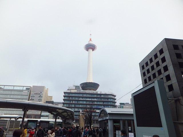 京都駅前にそびえたつ京都タワー
