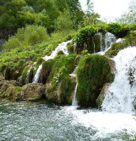 流れ落ちる湖の水:プリトヴィツェ国立公園