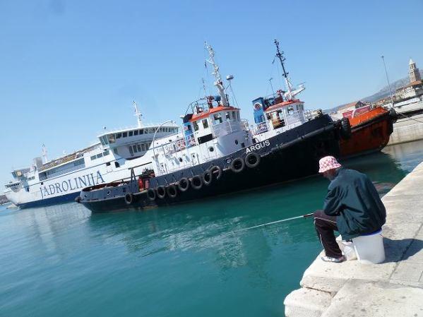 港では釣りをしているおっちゃんが、クロアチア帽がステキです