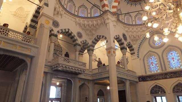 モスク2階は女性用の礼拝スペース