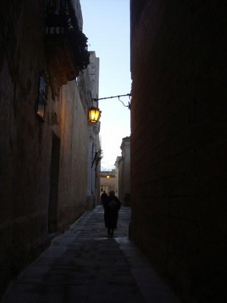 イムディーナの細い路地を散歩します