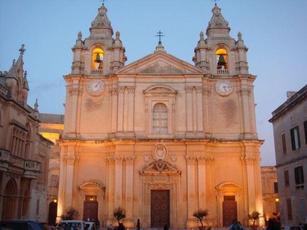 モスタ教会にも灯が点ります:古都イムディーナ