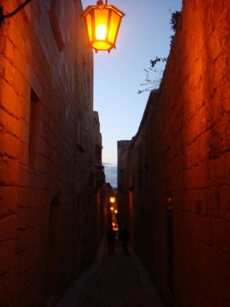 オレンジに灯るランプとメディナの街並み