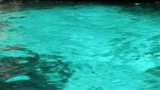 ブルーグロット:青く光る水面!