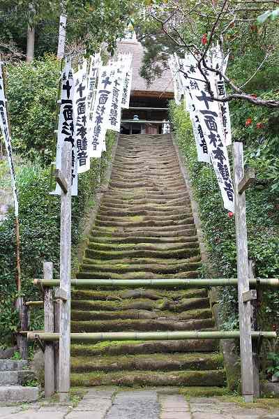 階段を昇ったところにあります:鎌倉、杉本寺