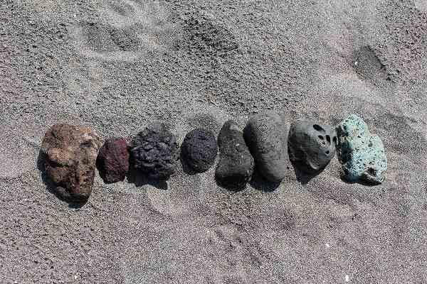 外国人友達ファビが海岸で拾った石たち…